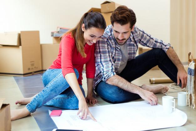 pareja decide si comprar departamento en planos